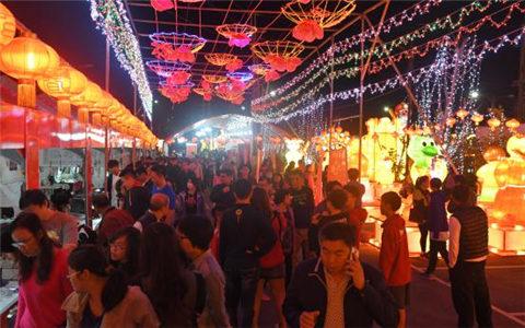 台湾同胞在春节庙会上感受四川味道