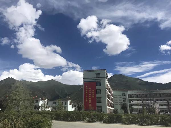 媒体团走进四季吉祥村,探访这个藏区异地搬迁新村扶贫攻坚发展建设.